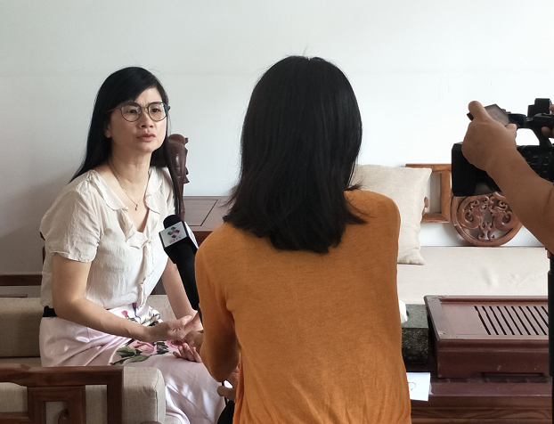 吴一明老师接受第一直播室---惠州传媒网主题为:学生暑期沉迷游戏,家长该如何引导?的采访